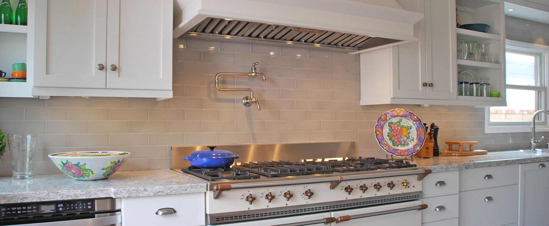 Kitchen design with tile backsplash
